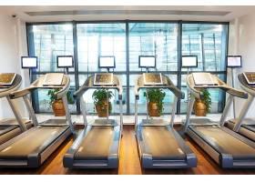 健身房里的跑步机
