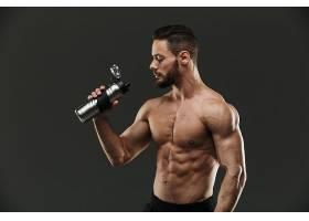 喝水的肌肉男