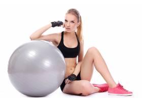 瑜伽球上健身女人