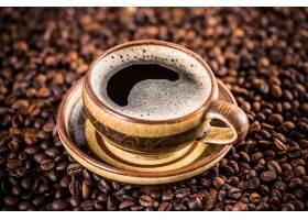 咖啡豆背景与一杯咖啡