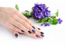 双手与紫色鲜花摄影