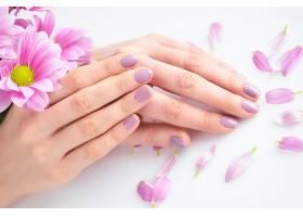 手背与粉色花瓣