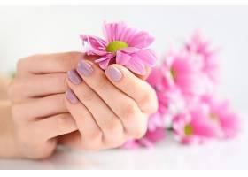 拿着花朵的手