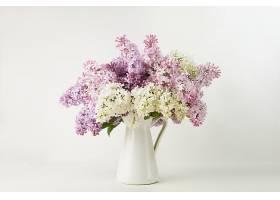 白色花瓶与丁香花插花