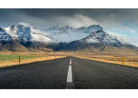 雪山下笔直的公路