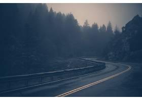 雨天弯曲的山路