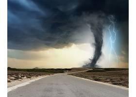 闪电龙卷风与公路