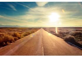 日落下笔直的公路