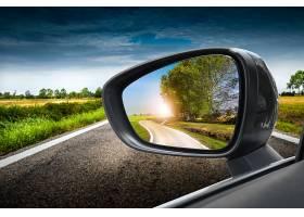 汽车后视镜与公路