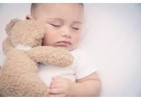 玩具与睡觉的婴儿