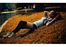人,躺在后面,户外的女人,格子花呢,膝盖高点,闭着眼睛,牛仔短裤,