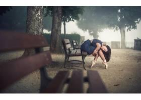 人,芭蕾舞,长凳,树木,阳光,芭蕾舞鞋,户外的女人,黑发,坐在,闭着图片