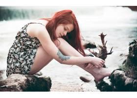 人,红发,美女,黥,连衣裙,赤脚,迷你裙,户外的女人,抱着膝盖,闭着