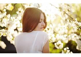 人,户外的女人,花卉,阳光,黑发,背景虚化,白花,美女,轮廓,闭着眼