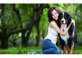 人,狗,美女,户外的女人,坐在,草,牛仔裤,看着观众,舌头,动物3934