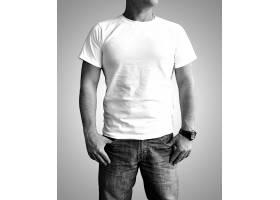 壮实的男模特上衣T恤服装展示样机
