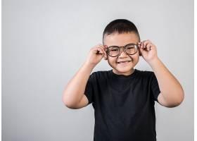 穿黑色T恤戴眼镜的小男孩