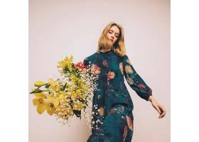 文艺穿花卉元素服装的金发美女