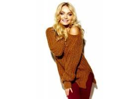 年轻漂亮的女人穿着毛衣