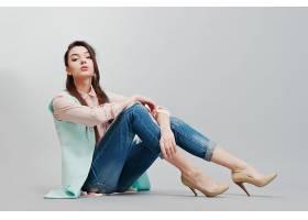 坐在地上的休闲现代美女
