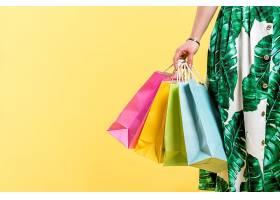 女性提着购物袋