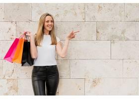 购物逛街的女性