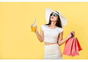 购物逛街的现代休息女性