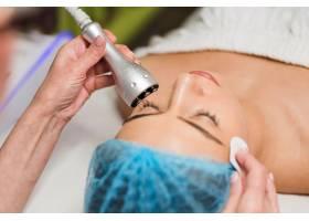 在做面部护肤管理的女性