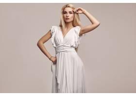 清纯白色服饰的女性