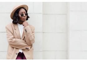 在等待的黑人时尚女性