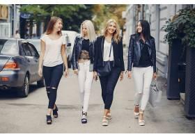 街拍休闲四个美女上街散步
