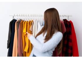 挑选衣服的女性