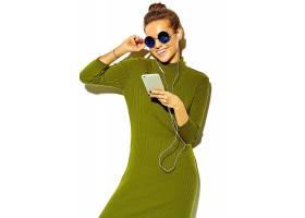 玩手机听音乐的女性