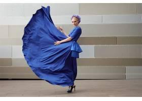 穿蓝色长裙的女性