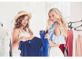正在服装店挑选衣服的女性