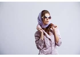系着头巾的年轻女性