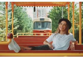 坐观光车的年轻女性