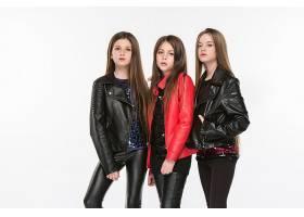 三个穿皮夹克的女性