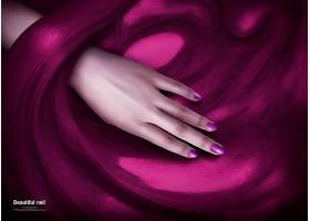 展示美甲的女人的手