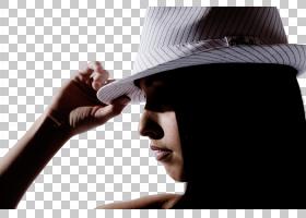 戴帽子的年轻女性