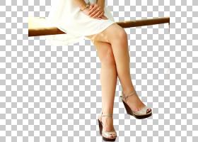 坐在栏杆上的女性长腿