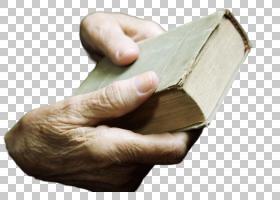 拿着破旧书本的老人的手