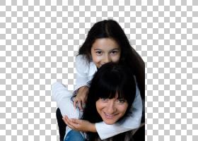 母亲背着女儿
