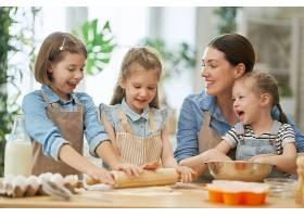 带着孩子们做糕点的妈妈