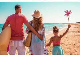 海滩玩水的家庭
