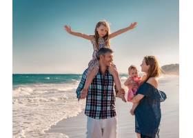 在海边玩的幸福一家子