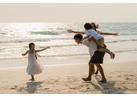 海边沙滩嬉戏的家庭