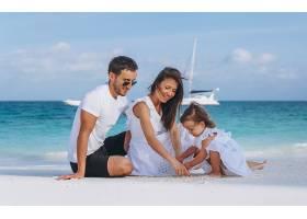 海边沙滩玩耍度假的年轻家庭