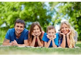 郊外野餐的年轻家庭