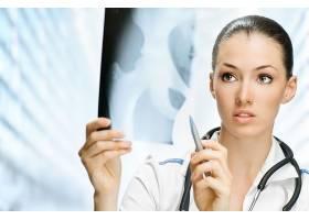 正在分析人体拍片图的女医生